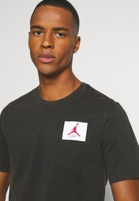 Jordan - FLIGHT ESSENTIALS CREW - Print T-shirt - black - 3