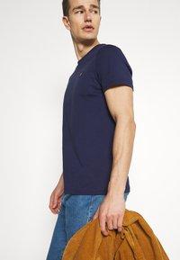 Lyle & Scott - PLAIN - Basic T-shirt - navy - 5