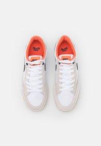 Nike SB - ADVERSARY PREMIUM UNISEX - Tenisky - white/midnight navy/turf orange - 3