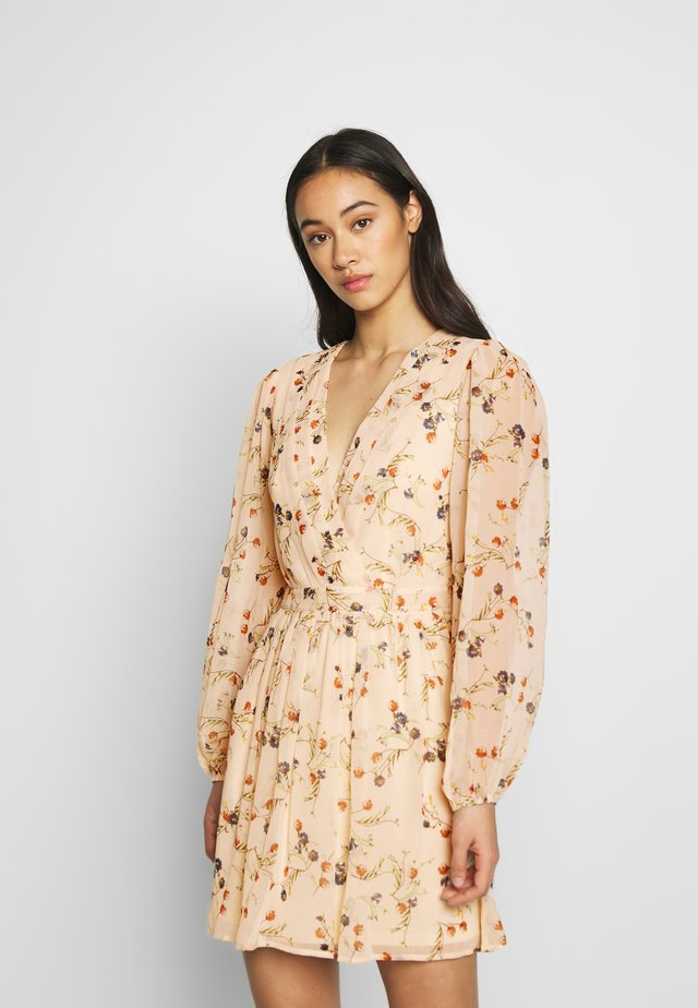 PRETTY WRAPPED DRESS - Sukienka letnia - creme