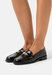 MICHAEL Michael Kors - FINLEY LOAFER - Instappers - black - 0