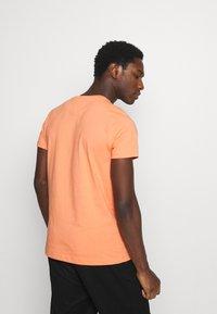 Tommy Hilfiger - LOGO TEE - T-shirt z nadrukiem - summer sunset - 2