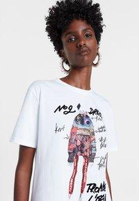 Desigual - DESIGNED BY M. CHRISTIAN LACROIX - T-shirts print - white - 3