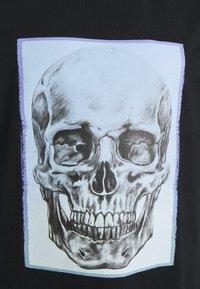 Jack & Jones - JORGRADSKULL TEE CREW NECK - T-shirt med print - tap shoe - 2