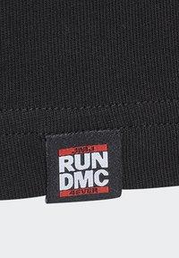 adidas Originals - RUN DMC PHOTO TEE - Print T-shirt - black/white/scarle - 12