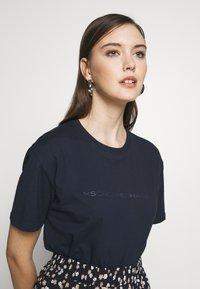 Moss Copenhagen - LIV LOGO TEE - T-shirts med print - space - 3