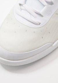Nike Performance - COURT AIR MAX VAPOR WING MS - Tennisschoenen voor alle ondergronden - white/black - 5