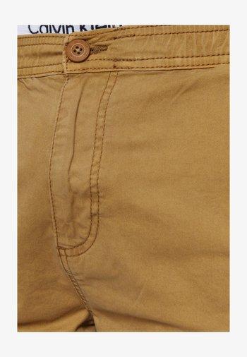 KINNAIRD - Shorts - amber