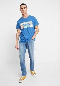 Wrangler - GREENSBORO - Jeans straight leg - mid summer blue - 1
