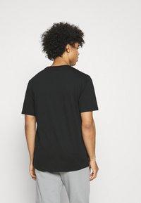 Converse - COURT PHOTO SHORT SLEEVE TEE - Print T-shirt - black - 2