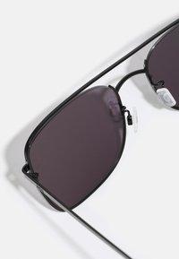 McQ Alexander McQueen - UNISEX - Sunglasses - black/smoke - 2