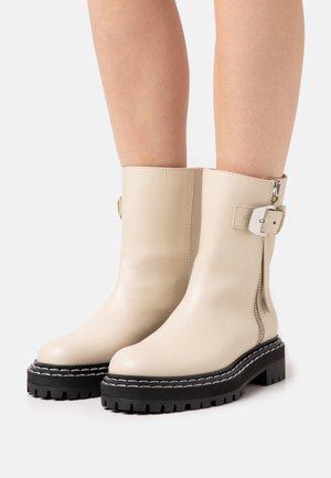 Kotníkové boty na platformě - butter