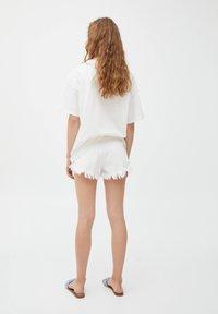 PULL&BEAR - MIT BUNTEM ALGENMOTIV UND RUNDAUSSCHNITT. - Print T-shirt - off-white - 2