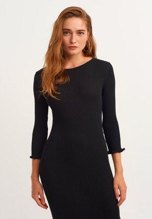 FIGURBETONENDES MIT MODISCHEM RIPPENSTRICK - Maxi dress - black