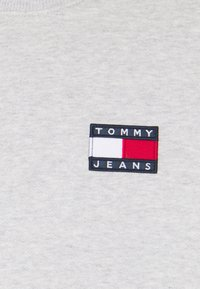 Tommy Jeans - BADGE CREW UNISEX - Sweatshirt - silver grey heather - 2
