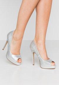 Dorothy Perkins - GIFTIE ALL OVER COURT SHOE - Høye hæler med åpen front - silver - 0