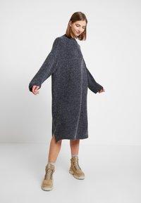 Monki - MALVA DRESS - Pletené šaty - grey dark unique - 0
