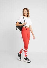 adidas Originals - LARGE LOGO ADICOLOR LARGE LOGO TIGHT TIGHTS - Legíny - lush red/white - 1