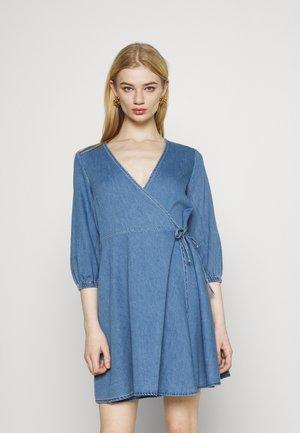 WRAP - Denimové šaty - light blue denim