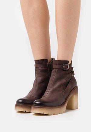 COMBI - Platform ankle boots - morat chocolate