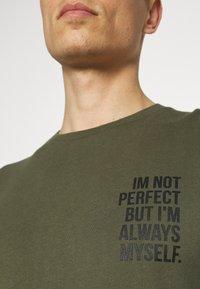 Pier One - T-shirt con stampa - khaki - 6