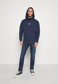 Tommy Jeans - BADGE FUNNEL NECK HOODIE - Sweat à capuche - navy - 1