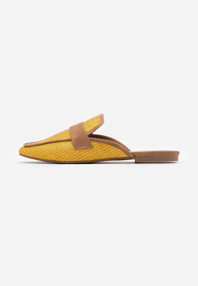 BETTY - Matalakantaiset pistokkaat - medium yellow