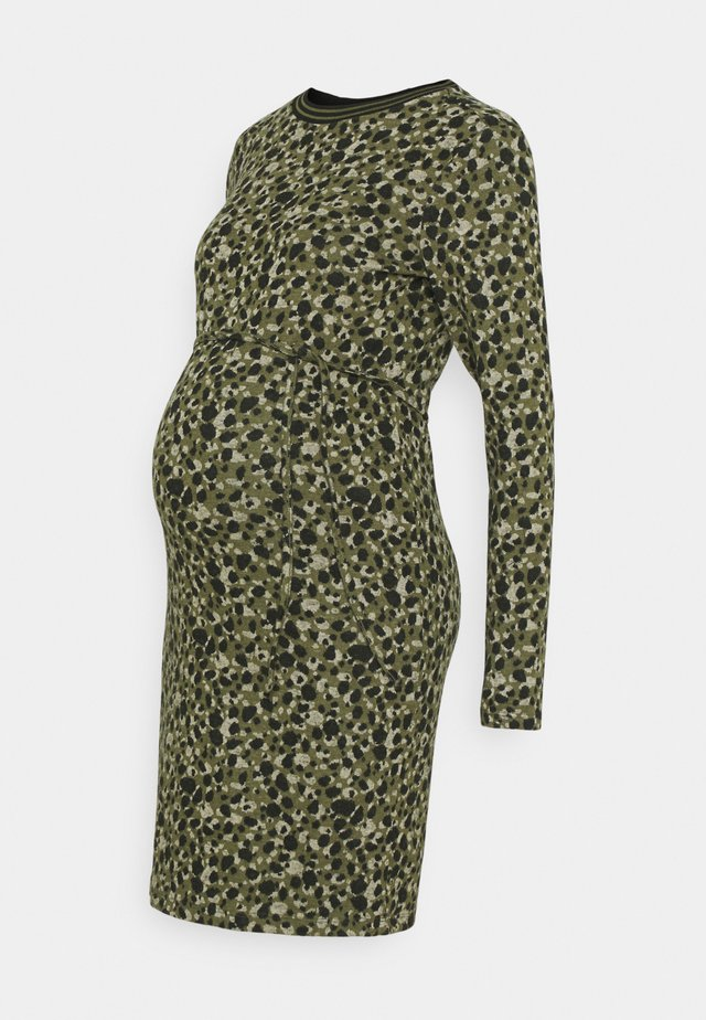 DRESS  - Stickad klänning - ivy green