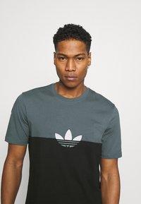 adidas Originals - SLICE BOX - Print T-shirt - black/blue oxide - 3