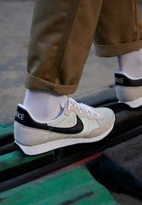 Nike Sportswear - CHALLENGER OG UNISEX - Tenisky - light bone/black/white - 2