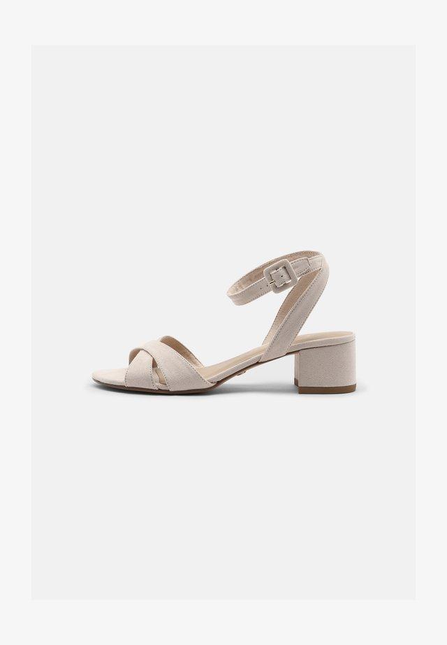 Sandaalit nilkkaremmillä - ivory