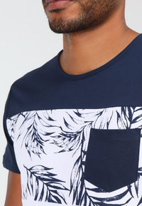 Pier One - T-shirt con stampa - navy/white - 3