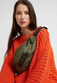 Nike Sportswear - HERITAGE HIP PACK - Bum bag - medium olive/white - 6