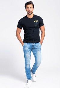 Guess - T-shirt con stampa - schwarz - 1