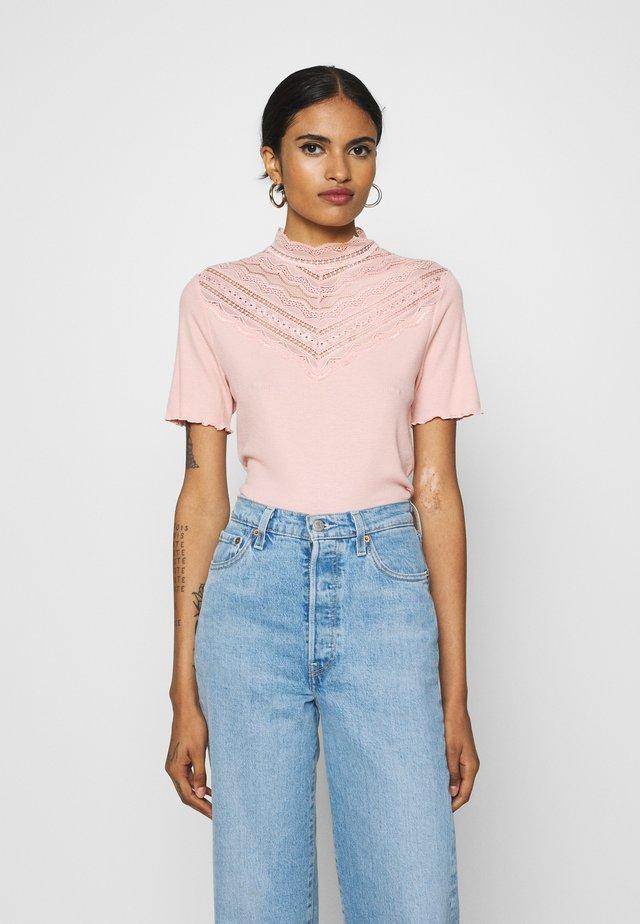 BYTOELLA - T-shirt imprimé - warm rose