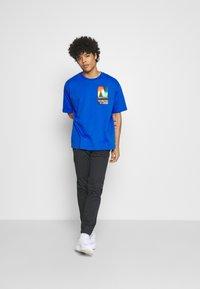 New Balance - T-shirt med print - cobalt - 1