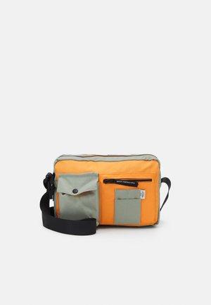 BEL COLLAGE CAPPA MILI - Taška spříčným popruhem - light army/orange