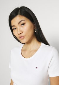 Tommy Hilfiger - SLIM ROUND NECK - T-shirts - white - 3