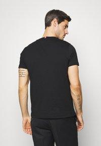 Tommy Hilfiger - COOL SIGNATURE TEE - T-shirt z nadrukiem - black - 2