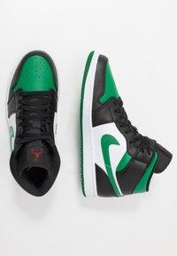 Jordan - AIR 1 MID - Korkeavartiset tennarit - black/pine green/white/gym red - 1