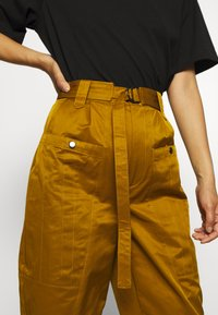 Gestuz - ASTER PANTS - Trousers - tapenade - 4