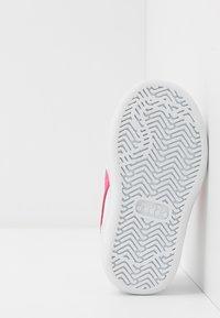Diadora - PLAYGROUND GIRL - Obuwie treningowe - white/hot pink - 5