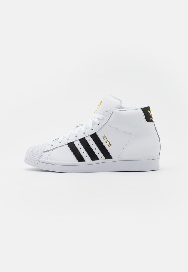 BASKETBALL INSPIRED SPORTS MID SHOES - Baskets basses - footwear white/core black/gold