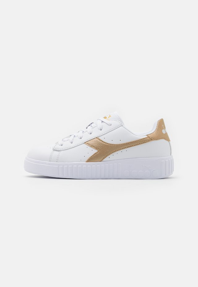 GAME STEP UNISEX - Zapatillas de entrenamiento - white/gold