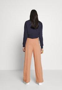 CALANDO - COMFY STRAIGHT LEG TROUSERS - Spodnie materiałowe - tan - 2