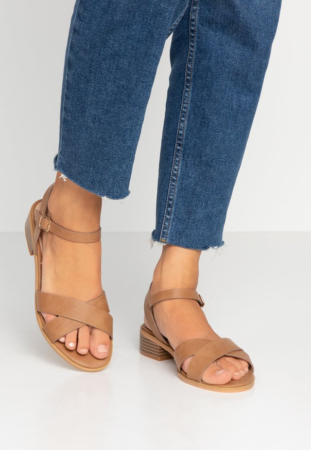 MEASURE WIDE FIT  - Sandalias - tan