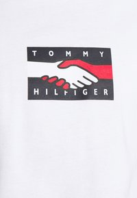 Tommy Hilfiger - ONE PLANET TEE UNISEX - Print T-shirt - white - 5