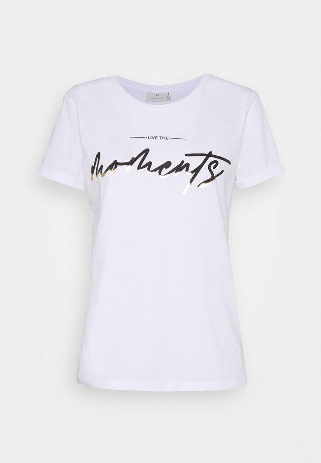KAMOMENTS - Print T-shirt - white