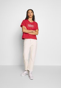 Levi's® - GRAPHIC VARSITY TEE - T-shirt print - dye tomato - 1