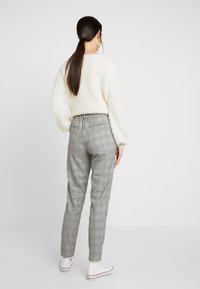 Object Tall - OBJLISA SLIM PANT - Trousers - gardenia/black - 2